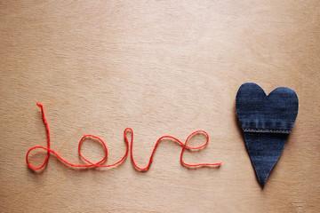 """Надпись """"Love"""" красной нитью и джинсовое сердце"""