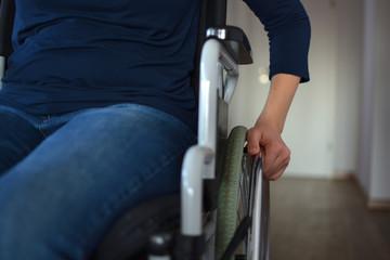 Junge Frau im Rollstuhl