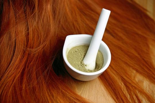 Henné plante en poudre pour coloration teinture de cheveux roux avec mèches rousses