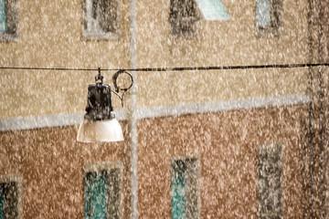 Suspension street lamp in the rain Fotomurales