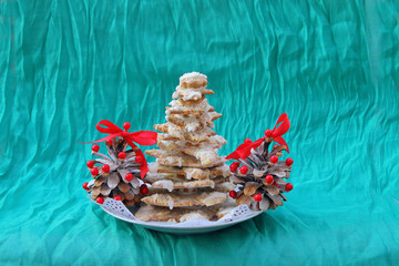 Christmas tree from gingerbread and pine cones
