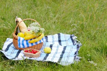 Foto op Aluminium Picknick Picnic basket and strawberry