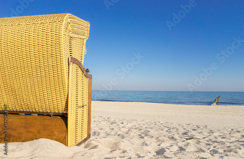strandkorb am meer immagini e fotografie royalty free su file 132524367. Black Bedroom Furniture Sets. Home Design Ideas