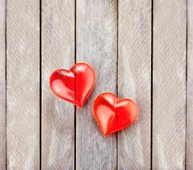 Rote Herzen auf grauem Holz