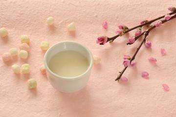 桃の花と甘酒 桃色和紙背景