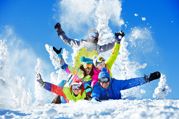 Keuken foto achterwand Wintersporten Group happy friends ski resort