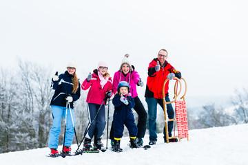 Familie im Winter Urlaub treibt Sport