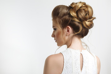 Tuinposter Kapsalon Elegant wedding hairstyle on a beautiful bride in profile.