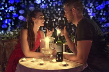 paar zum valentinstag beim romantischen dinner
