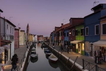 Canal auf der Insel Burano am Abend