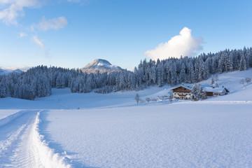 Ski Hütte in Bergen mit Schnee und blauer Himmel