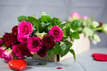 Rosen im Korb mit rotem Herz
