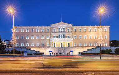 Parlament am Syntagma Platz in Athen bei Nacht mit verschwommenem Verkehr