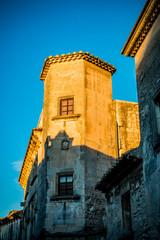 Dans le village des Baux-de-Provence au coucher du soleil