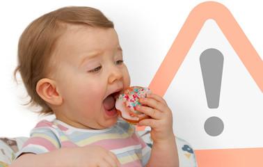 Kleinkind verspeist Muffin