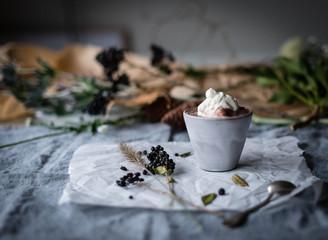 Heiße Schokolade auf Leinentischdecke mit Blumen