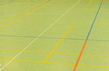 Hallenboden in einer Sporthalle mit diversen Linien