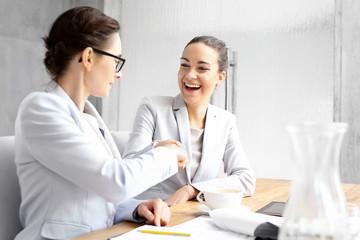 Obraz Praca zespołowa.wie szczęśliwe kobiety biznesu  podają sobie dłoń świętując sukces. - fototapety do salonu