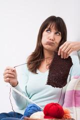 femme déprimée qui détricote un pull