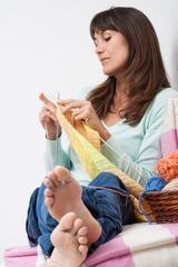 femme détendue qui tricote