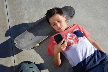 ado au téléphone