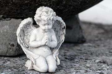 Betender Engel auf einer Grabplatte