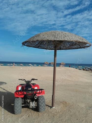 Auto Roller Unter Sonnenschirm Am Strand Agypten Stock Photo And
