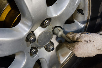 Installation of a wheel on the car