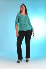 Frau mit breiten Hüften im blauen Pullover