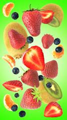 Cascata di frutta su sfondo verde