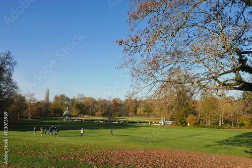 Jardin anglais au parc du ch teau de chantilly en automne for Jardin anglais chantilly