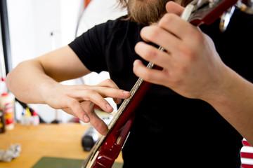 Lutnik naprawia gitarę