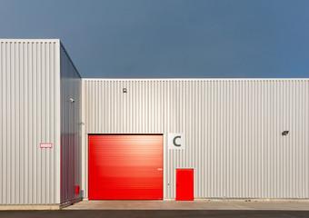 Rotes Tor einer Lagerhalle