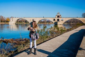Fillette faisant des selfies au pied du Pont d'Avignon, on y danse !