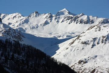 Massif enneigé à Val-d'Isère en Savoie, France
