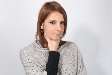 Jeune femme se plaignant d' un mal de gorge