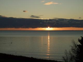 Sonnenaufgang hinter Wolkenband