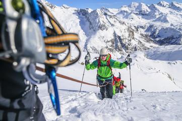 Seilschaft im Aufstieg im tiefen Schnee