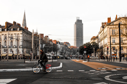Tour de Bretagne avec un vélo bicolore orange dans la ville de nantes - Loire Atlantique