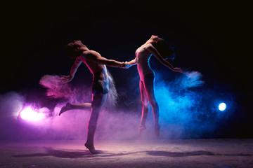Couple dancing on the scene in cloud of powder Fototapete