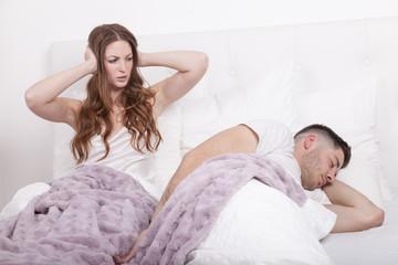 frau hat schlafprobleme weil mann schnarcht