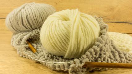 Strickstück - Loop  mit Wolle in Naturfarben
