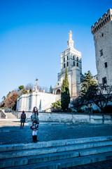 Fillette devant le Palais des Papes d'Avignon et la Cathédrale Notre-Dame-des-Doms