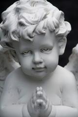 kleine betende engelsfigur auf einem grab
