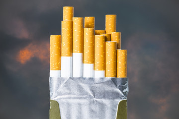 paquet de cigarettes sur ciel menaçant