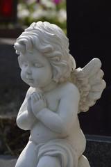 betende engelsfigur auf einem grab