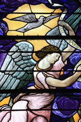 Ange et colombe. Vitrail. Saint-Eglise Saint-Clodoald. Saint-Cloud. / Angel and dove. Stained glass. Church St. Clodoald. Saint-Cloud.