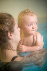 Mama lernt dem Sohn das Schwimmen