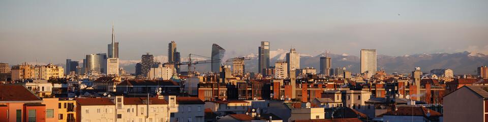 Milano con le montagne innevate