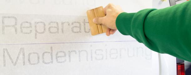 Werbetechnik / Autobeschriftung mit Aufklebern / Beschriftung mit Klebefolie